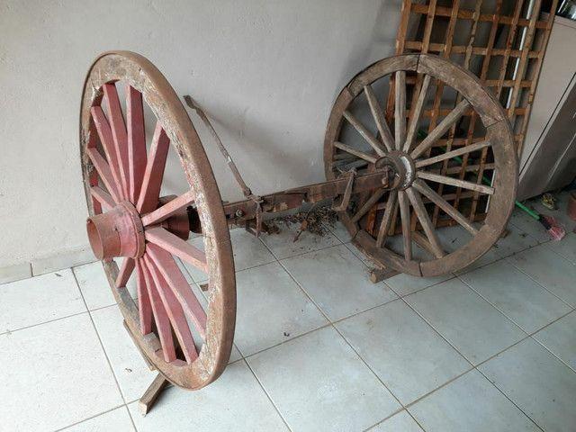 Roda de carroça grande com eixo completo