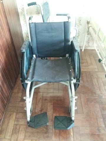 Cadeira de rodas e suporte para soro - Foto 2