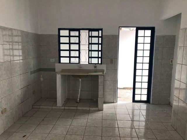 Alugo casa com ótima localização - Foto 2