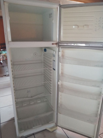 Vendo está geladeira com Frizer