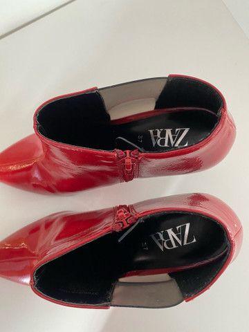 Bota de salto com acabamento brilhante Zara - 35  - Foto 5