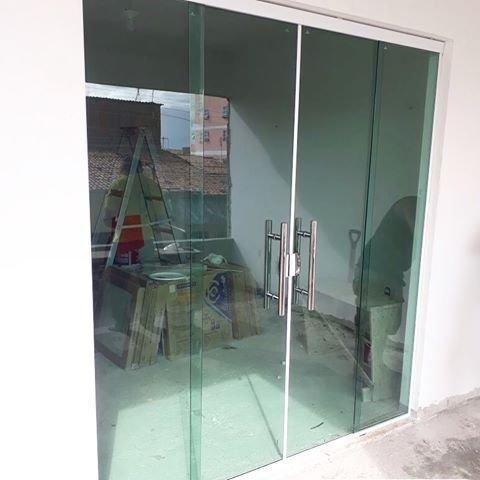 Fabricamos sobre medidas portas janelas em vidro temperado incolor verde fumê