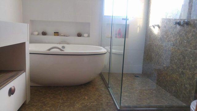 Linda cobertura com bela Suite com banheira e closet. Ingleses