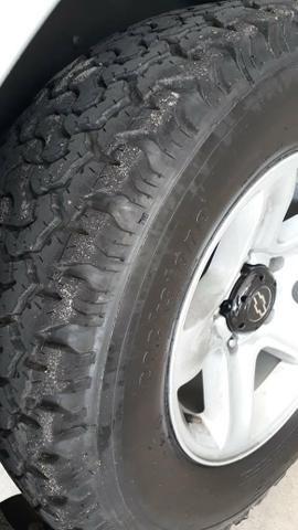 Vendo Tracker 4x4 manual com 4 pneus AT zerados - Foto 3