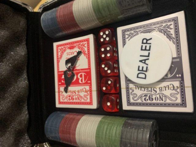 Kit para Poker: Maleta + 100 peças + 5 dados + 2 baralhos + chave + botão dealer - Foto 2