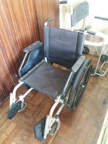 Cadeira de rodas e suporte para soro