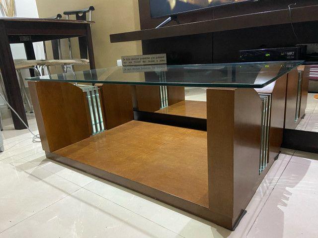 mesa de centro de madeira com vidro