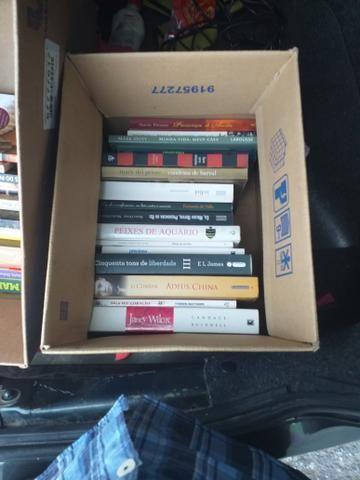 30 livros 20 reais ou troca algo do meu interesse