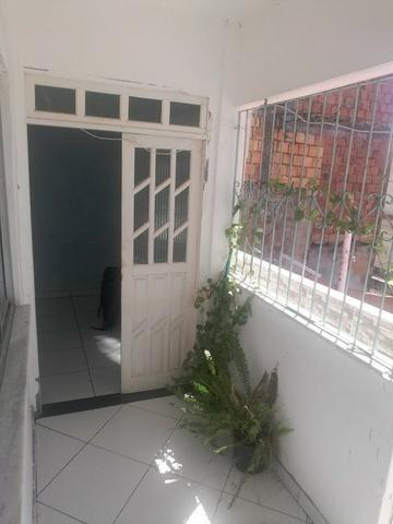Casa 2/4, 1º Andar, Laje Livre Coberta com 80 m2, Rua Tranquila. em Itapuã