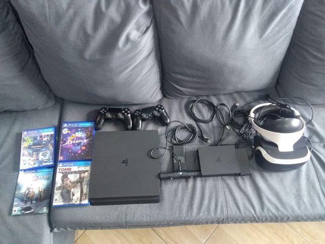PS4 Slim + 2 controles + VR (óculos de realidade virtual).