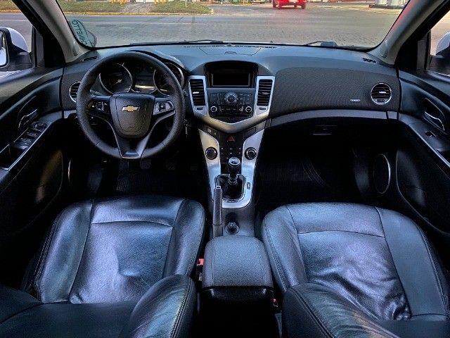 Cruze Sedan LT cambio manual, couro e baixa km. Recebo troca, recebo moto - Foto 10