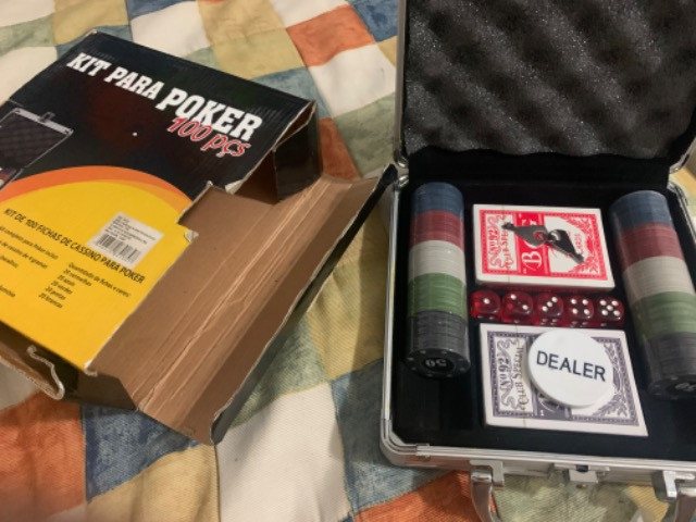 Kit para Poker: Maleta + 100 peças + 5 dados + 2 baralhos + chave + botão dealer