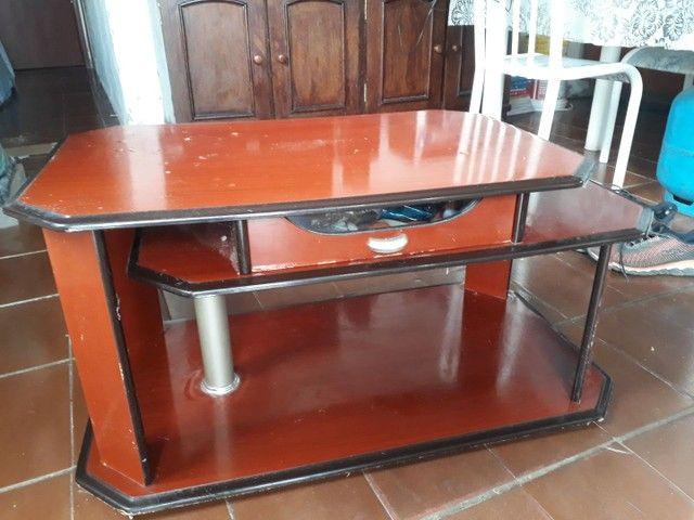 Mesa de centro com gaveta que abre para os dois lados.