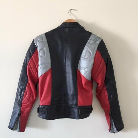 Jaquete de couro motociclista feminina