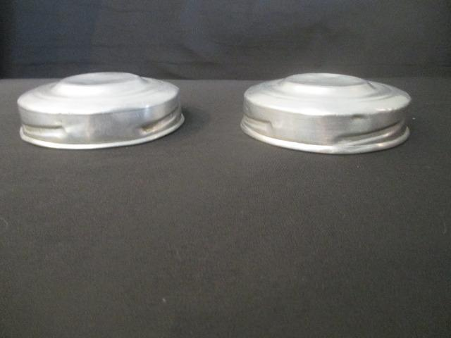 Par tampas de baleiro antigo em alumínio - peça original - Foto 3
