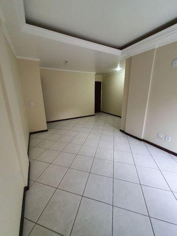 Alugo lindo e grande apartamento de 2 quartos, varanda, no parque das palmeiras - Foto 2
