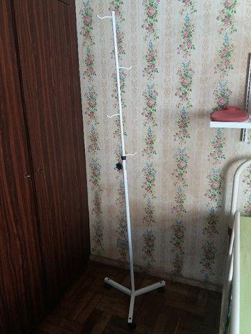 Cadeira de rodas e suporte para soro - Foto 3