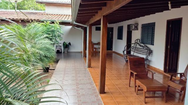casa estilo colonial com mega espaço gramado