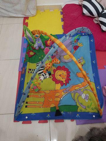 Tapete de atividades + brinquedo pra carrinho