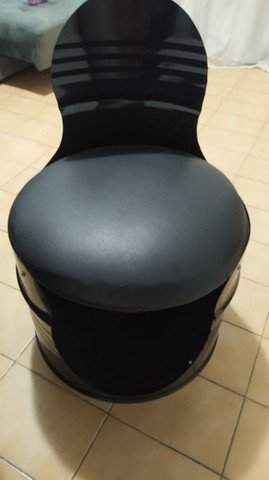 Mesa mesa da jack daniels com 4 cadeiras estofadas.