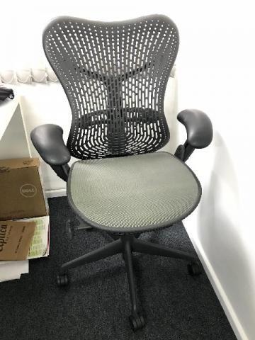 Cadeira de Escritório Herman Miller Mirra Preta