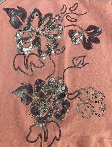 Camiseta de malha feminina com estampa de flor com lantejoulas  - Foto 3