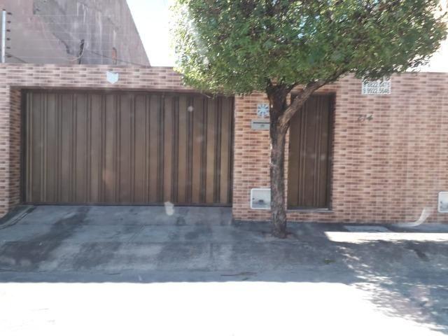Alugo casa no Álvaro Weyne com 03 quartos