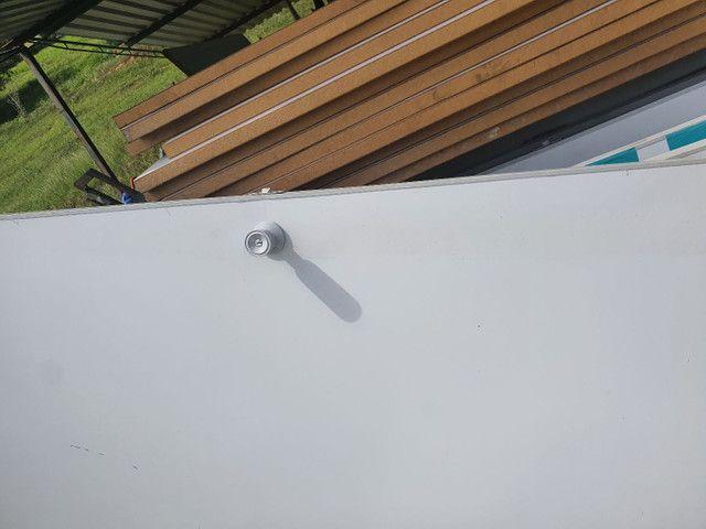 Divisórias de eucatex usadas com portas e acabamentos para instalação