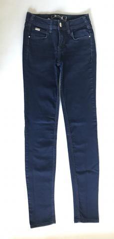 Calça jeans azul escuro colcci