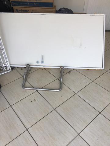 Porta madeira para cadeirante com suporte metálico