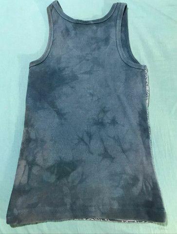 Camiseta de malha feminina canelada com estampa azul manchada - Foto 3