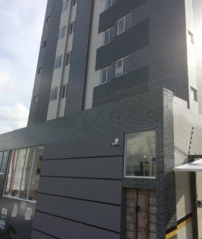 Apartamento em prédio com piscina
