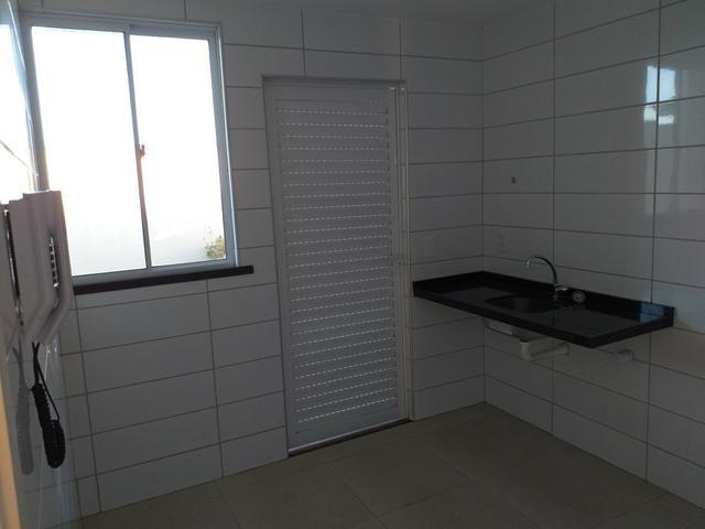 Linda casa em condomínio com ótima localização - Foto 4