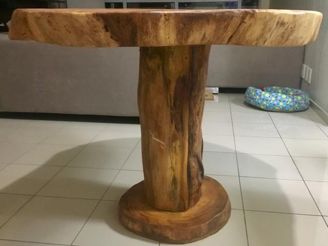 Mesa rústica com tampo de jaqueira e base de tronco verdadeiro de jaqueira