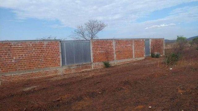 Terreno murado com portões - Foto 2