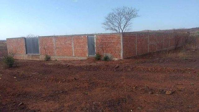 Terreno murado com portões