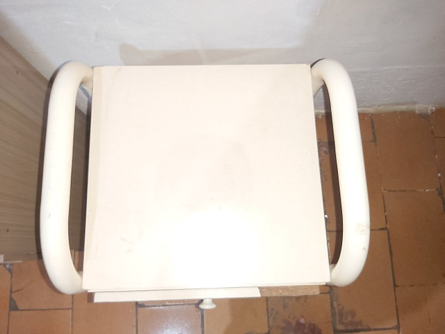 Mesa de cabeceira com 3 gavetas  - Foto 2