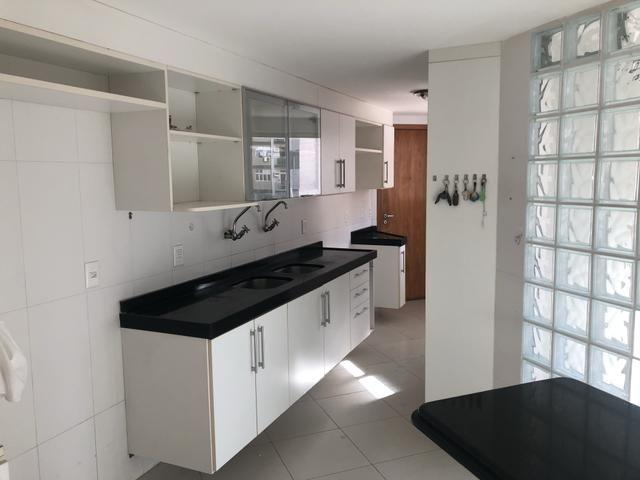 Apartamento com 4 suítes +gabinete + lavabo a 50 metros da praia - Foto 13