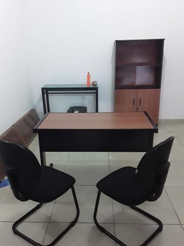 Geladeira e mesas de escritório - Foto 4