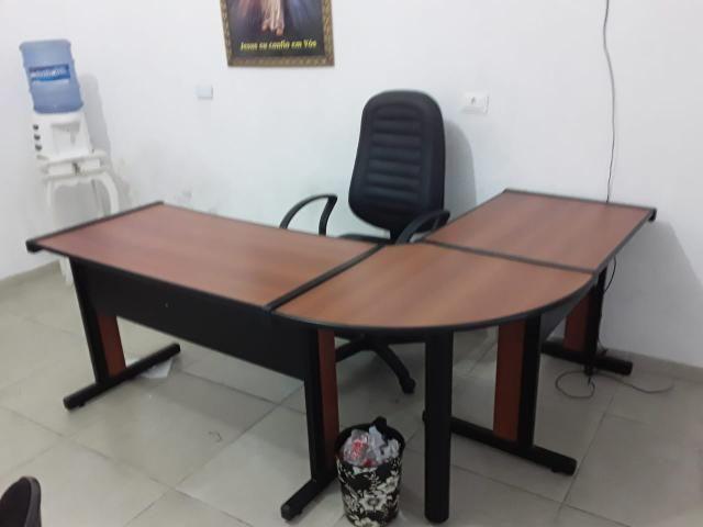 Geladeira e mesas de escritório - Foto 3