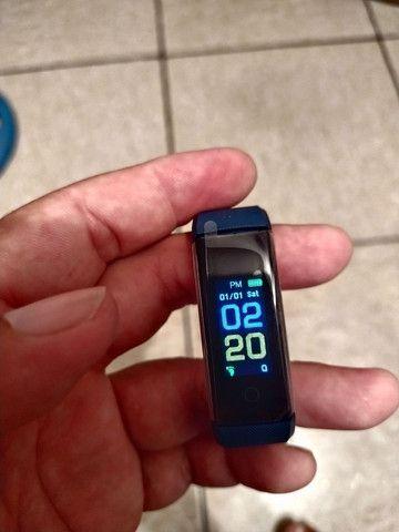 Smart Bracelet com monitor cardíaco e contador de passos.