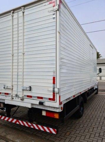 Caminhão Mercedes baú seco 710 - Foto 3