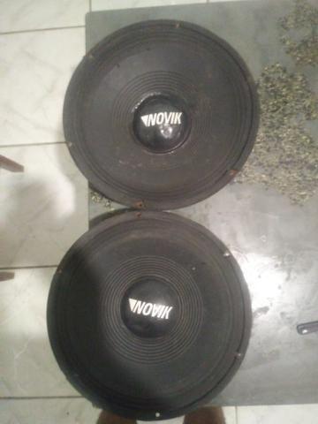 Vendo uma caixa de som com dois fone