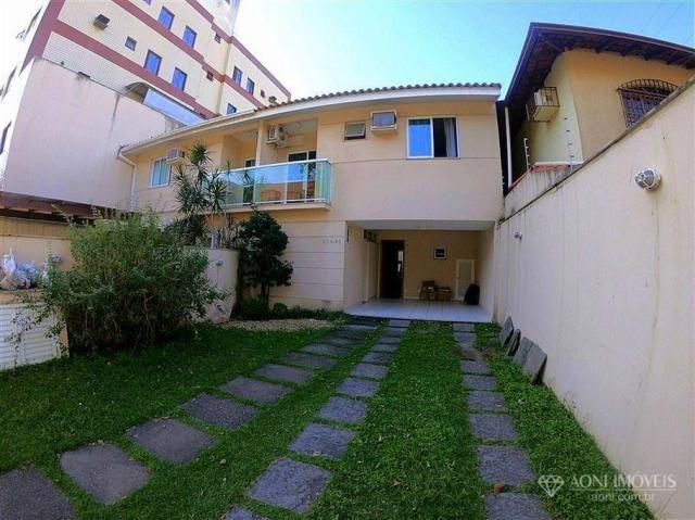 Casa duplex com 4 dormitórios, sol da manhã, lazer com churrasqueira e quintal, 3 vagas de