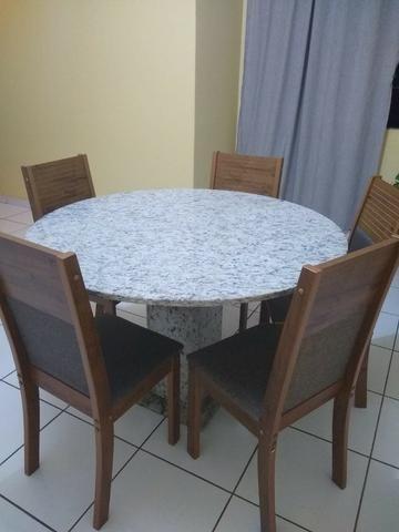 Mesa redonda com 5 cadeiras
