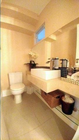 Casa de condominio com 4 suites e segurança 24 horas, bem localizada