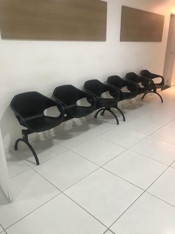 3 jogos de cadeira para recepção e 2 cadeiras individuais