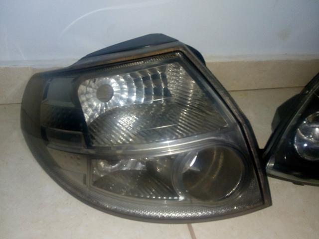 Farol e lanterna esquerda do Ford KA