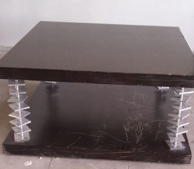 Mesa de centro em imbuia com anéis em aço escovado