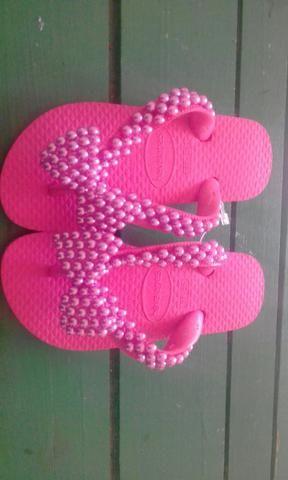 Sandálias decoradas com pérolas